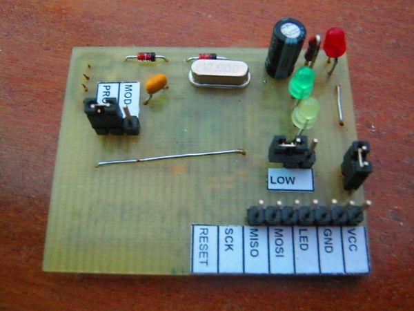 Микроконтроллер ATmega8 в программаторе был взят в корпусе TQFP32, если использовать в корпусе DIP28, то следует...