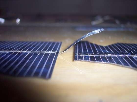 Фрагменты солнечных элементов готовы к объединению в цепь