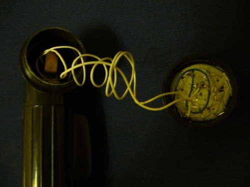 Провода присоединяются к клеммам фонаря