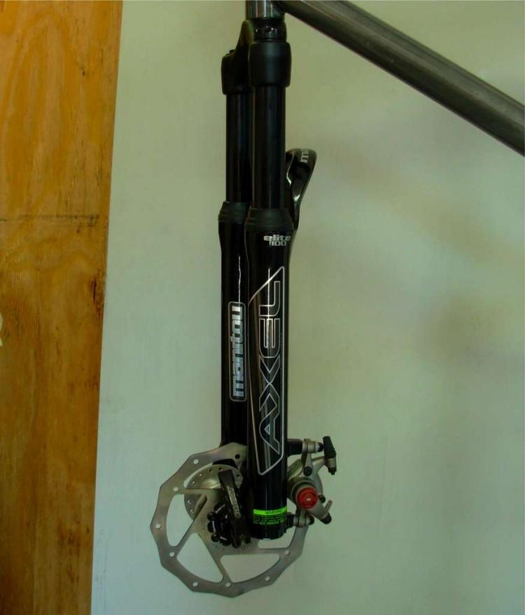 Замененная передняя вилка с установленным тормозом