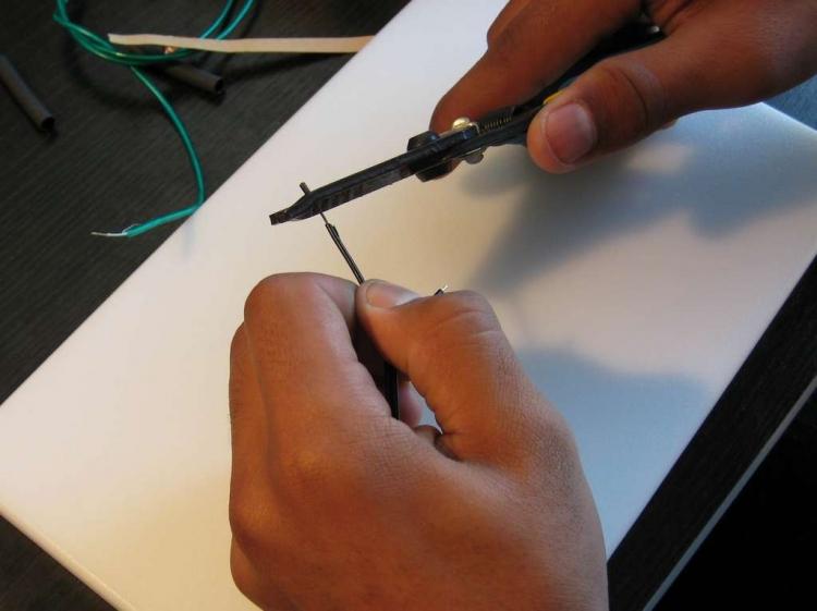 Удаляем изоляцию с соединительного кабеля