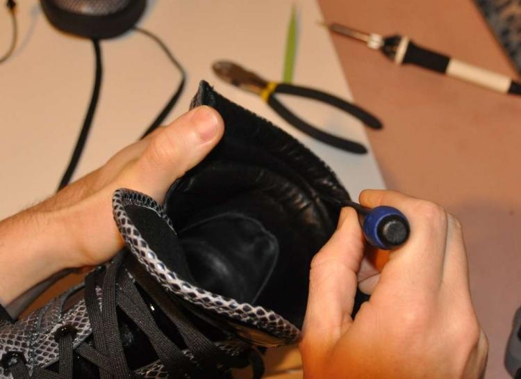Используем шило для проделывания отверстия