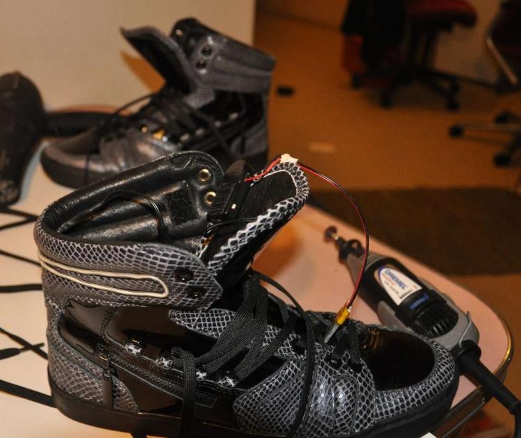 На внутренней стороне кроссовок пришита липучка для удержания инвертора