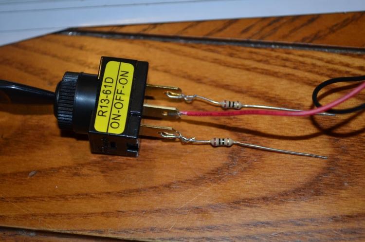 Соединяем тумблер и провод с резисторами