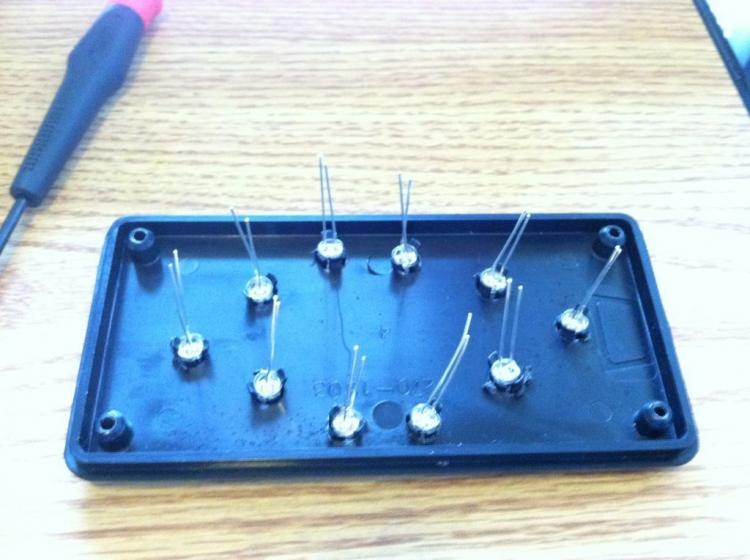 Светодиоды вставленны в отверстия