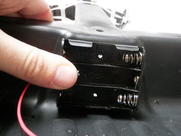 Прикладываем держатель батарей к совку