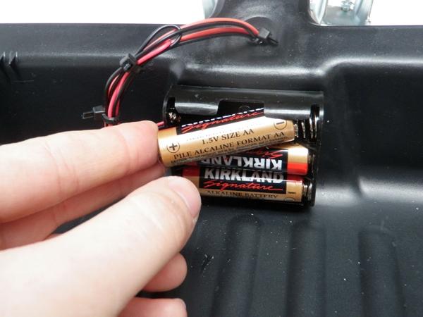 Вставляем батарейки, чтобы оживить нашего робота