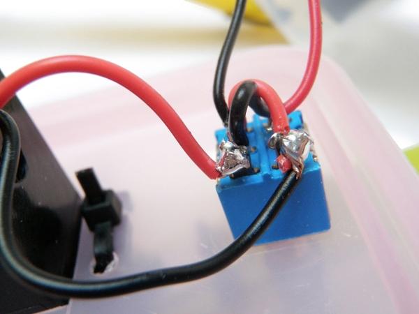 Провода сервопривода припаяны к контактам