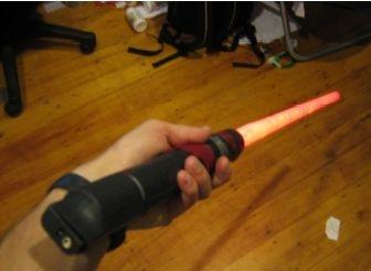 Виден батарейный блок, закрепленный вне рукоятки меча