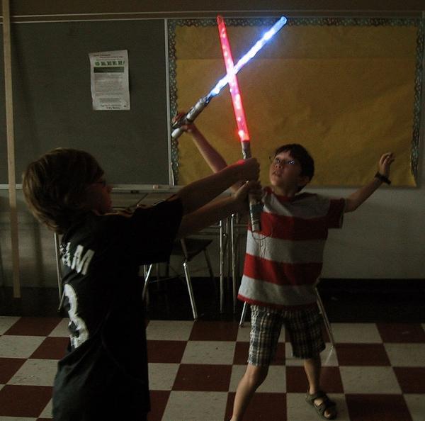 Юнгые падаваны сражаются на самодельных световых мечах