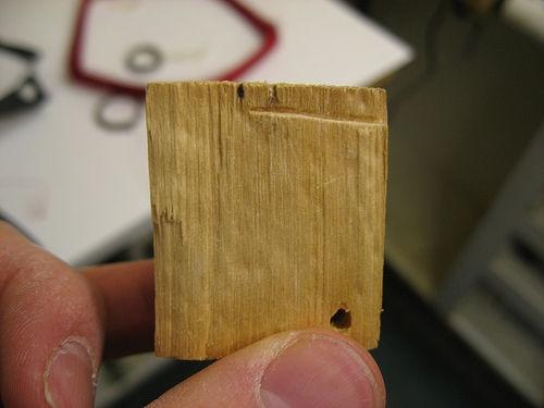 Используйте кусочек дерева для уплотнения катушки