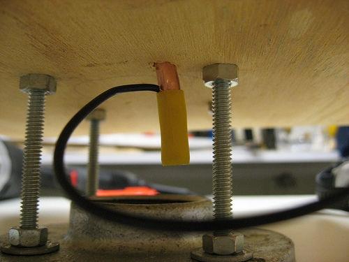 Оба основания скручены винтами. Провод прикреплен к первичной обмотке при помощи колпачка.